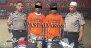 Dua personil SPKT Polsek Medan Sunggal sedang mengintrogasi kedua tersangka begal. (WOL. Photo/Gacok)