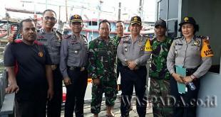 Kapolres Pelabuhan Belawan, AKBP Ikhwan Lubis SH MH, didampingi Wakapolres Kompol H Taufik SE MH, bersama TNI AL melakukan pemantauan di Belawan.(WOL. Photo/Gacok)