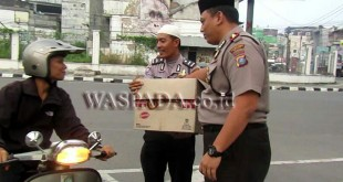 Kapolsek Medan Baru, Kompol Martuasah H Tobing SH SIK MH, memberi takjil pada Bulan Suci Ramadhan.(WOL. Photo/gacok)