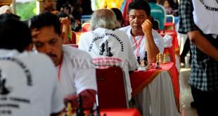 Peserta kejuaraan catur bertanding pada Kejuaraan Catur Terbuka Tingkat Nasional 2018, di Medan, Sabtu (19/5). Kejuaraan catur tersebut memperebutkan piala Gubernur Sumut. (WOL Photo/Ega Ibra)