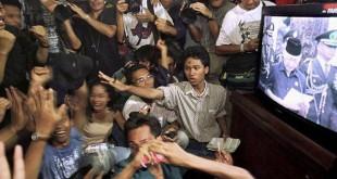 Mahasiswa di gedung DPR/MPR menyaksikan pidato pengunduran diri Soeharto melalui televisi. (REUTERS)