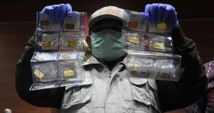 Penyidik KPK menunjukkan barang bukti logam mulia hasil OTT Anggota DPR Amin Santono. Foto: Antara/Indrianto