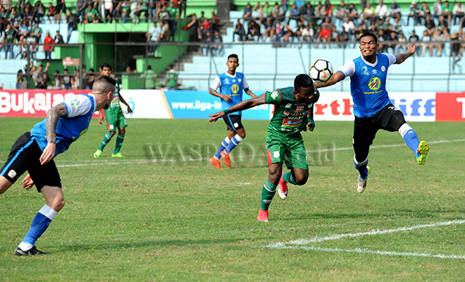 Pesepakbola PSMS Medan, Kissito Yessoh (kedua kanan) berebut bola dengan pemain belakang PS Barito Putera, pada lanjutan Liga 1 Indonesia pekan 7, di Stadion Teladan Medan, Sabtu (5/5). PSMS Medan mengalahkan PS Barito Putera dengan skor akhir 3-2. (WOL Photo/Ega Ibra)