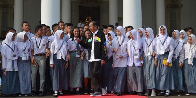 Presiden Jokowi bersama siswa SMA di Istana Bogor (Antara)