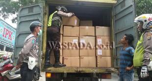 Bripka P Tarigan melakukan pemeriksaan muatan truk disaksikan Panit I Lantas AG Lubis dan Provost Aipda Indra Susandi SH. (WOL. Photo/Gacok)