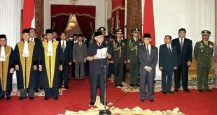 Soeharto ketika membacakan pengunduran diri pada 21 Mei 1998 di Istana Negara. (REUTERS)