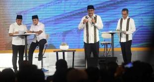 Pasangan gubernur dan wakil gubernur Sumatera Utara, Djarot Syaiful Hidayat-Sihar Sitorus menjawab pertanyaan saat acara debat publik kedua yang digelar KPU Sumut di Hotel Adi Mulya, Sabtu malam (12/5). (WOL Photo/Ist)