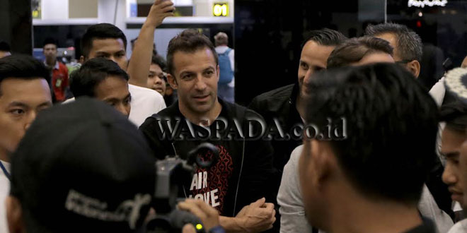 Pesepakbola asal klubJuventus, Alessandro Del Piero disambut oleh Presiden Pro Duta FC Sihar Sitorus saat tiba di bandara Kualanamu, di Deli Serdang, Sumut, Kamis (17/5). (WOL Photo/djs)