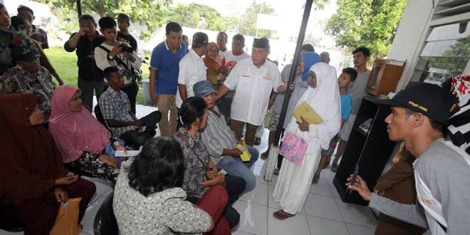 Calon Gubernur Sumut Edy Rahmayadi berbincang dengan masyarakat yang mengantre lama berobat di Puskesmas. (WOL Photo/ist)