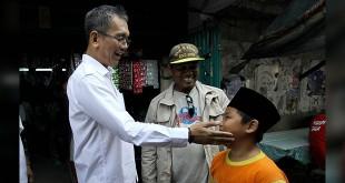 Calon wakil gubernur Sumatera Utara, Sihar Sitorus saat bertemu dengan seorang anak bernama Rasyid Yuda Al Fikri yang masih berusia sembilan tahun saat berkunjung ke pasar tradisional Tanjung Pura, Langkat, Selasa (22/5). (WOL Photo/Ist)