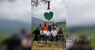 Kadis Pertanian Noval SP bersama President Director Royal Puri Global, Han Sook Lee, beserta rombongan di Kedah, salah satu lokasi Wisata Tracking di Gayo Lues, Rabu (9/8). (WOL Photo/Bustanuddin)