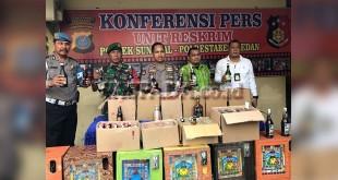 Kapolsek Medan Sunggal Kompol Wira Prayatna, bersama Muspika dan Kanit Reskrim Iptu Budiman Simanjuntak, memperlihatkan hasil razia penyakit masyarakat. (WOL Photo/gacok)