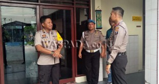 Polsek Percut Seituan memperketat pengamanan mengantisipasi adanya aksi teror seperti yang terjadi di Polrestabes Surabaya, Selasa (15/5). (WOL Photo)