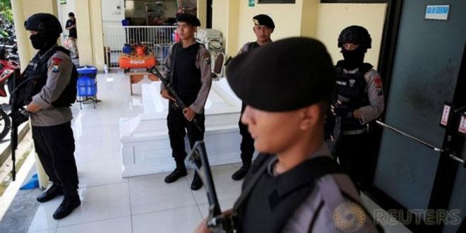 Penjagaan Polisi Pasca Serangan Teror di Surabaya (foto: Reuters)