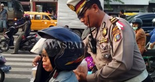 Kanit Lantas Polsek Medan Sunggal, Iptu Syahri Ramadhan SH bersama personilnya berikan takjil kepada pengendara yang menjalani ibadah puasa. (WOL Photo/Gacok)