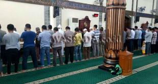 Personil Polsek Medan Baru bersama BKM Masjid Aceh Sepakat dan warga Kota Medan shalat ghaib berjemaah.(WOL Photo/Gacok)