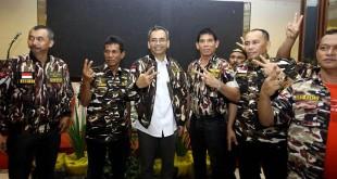 Calon Wakil Gubernur Sumatera Utara, Sihar Sitorus berfoto bersama saat didaulat sebagai simpatisan istimewa GM FKPPI  di Medan, Sumut, Minggu (20/5). (WOL Photo/Ist)