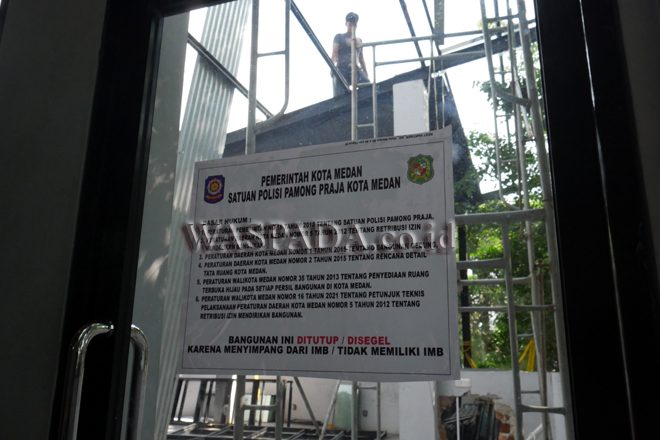 Pekerja membongkar bagian lantai dua bangunan yang berada di kawasan SPBU Jalan Sudirman Medan, Jumat (10/9). Bangunan itu dibongkar karena menyimpang dari IMB/Tidak Memiliki IMB setelah sebelumnya sempat dilakukan penyegelan oleh Pemko Medan. (WOL Photo/Ega Ibra)