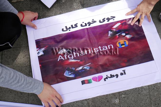 Pengungsi pencari suaka asal Afganistan melakukan aksi unjuk rasa di depan Kantor Gubernur Sumut, Medan, Senin (21/9). Dalam aksinya, para pengungsi meminta bantuan dari Gubernur Sumut, Edy Rahmayadi, untuk mencari solusi nasib para pengungsi yang sudah puluhan tahun berada di Indonesia. (WOL Photo/Ega Ibra)